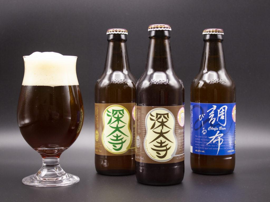 グラスに注がれた濃い目の色のビール。