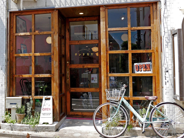 ポンキチヤ入り口。木枠の格子窓。
