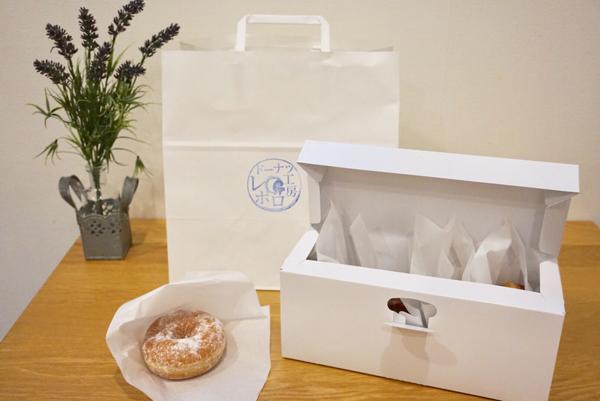 白い横長の箱と白い紙袋