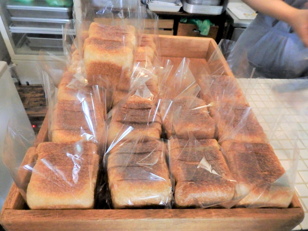 Kakushoku bread goes on sale from noon. The shop does not take reservations.