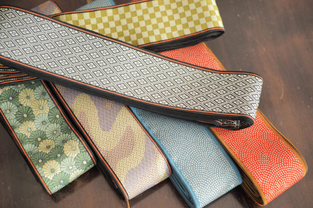 At the start, the edging cloth is bundled in ribbon form. They offer a wide variety of both solid colors and traditional Japanese textile patterns.