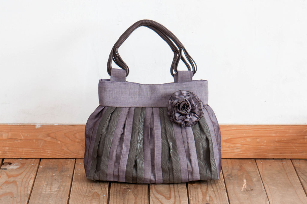 紫色の縁バッグ