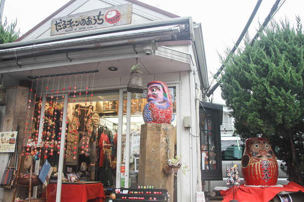 The shop also sells Chōfu Daruma (daruma figures covered in recycled fabric) and kakishibu (persimmon tannin) dyed products.